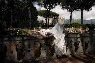 e2cdf0cef العرائس في الصور لا تهمهن نظافة الفستان، فالمهم بنظرهن أن يكون الزفاف فريدا  من نوعه وان ينطبع في رؤوس الحاضرين، هذا النمط يسمى «قمامة الفستان».